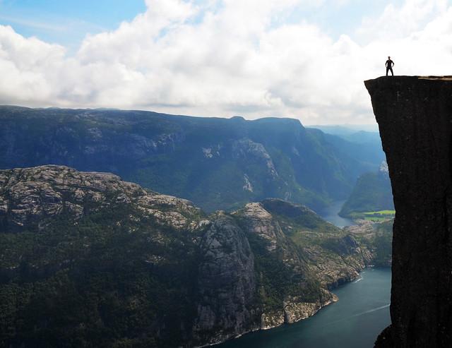 Posando desde el Preikestolen en junto al fiordo Lysefjord