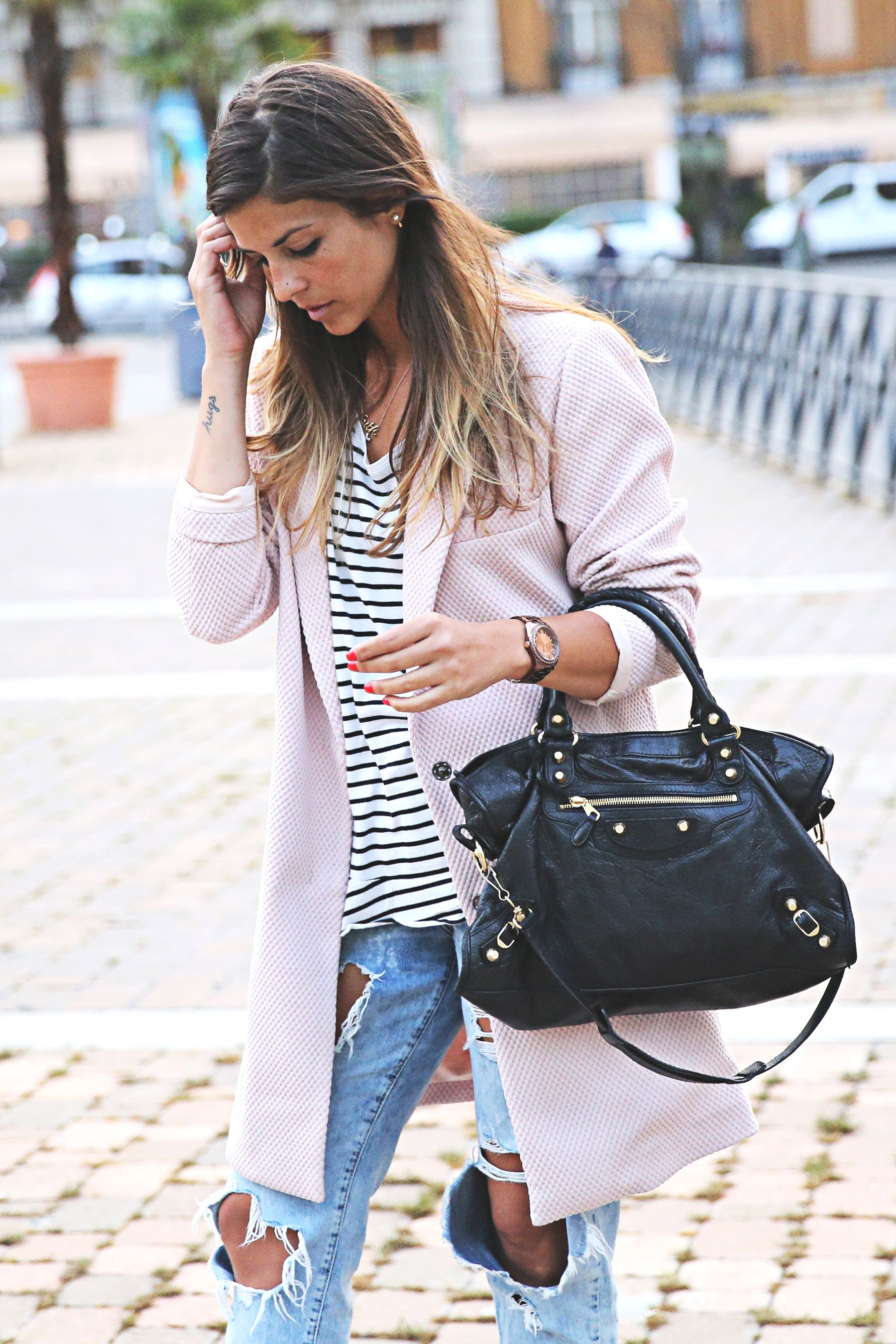 trendy-taste-look-outfit-street-style-sport-chic-camiseta-rayas-navy-marinero-boyfriend-ripped-jeans-vaqueros-rotos-adidas-superstar-1