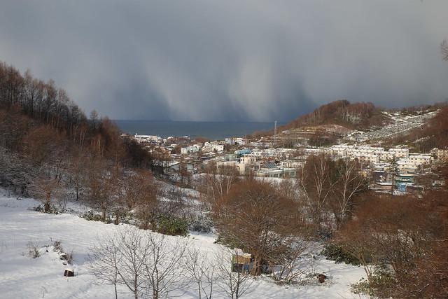 遠方的海上下著大雪