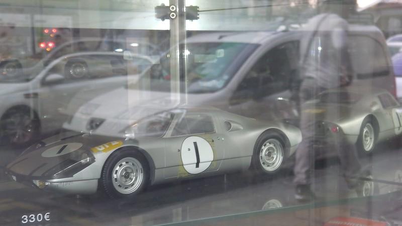 Les petites Porsche de la vitrine B.A.M. Paris 16865801981_87b693d88a_c