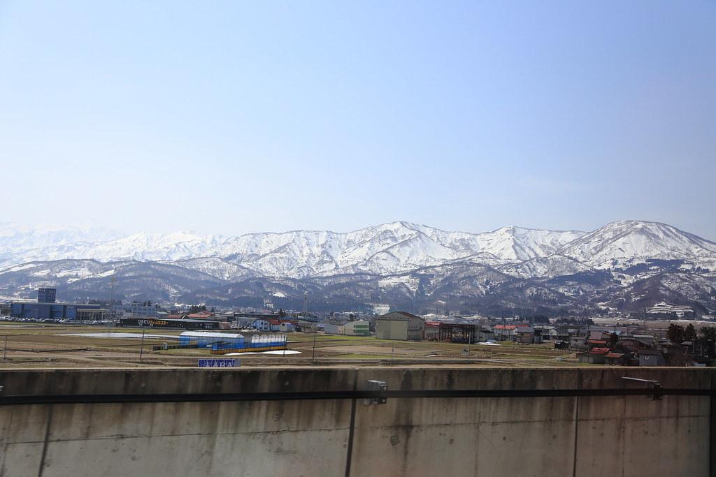 北陸新幹線から望む立山連峰
