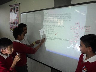 Estudiantes resolviendo ejercicios 3