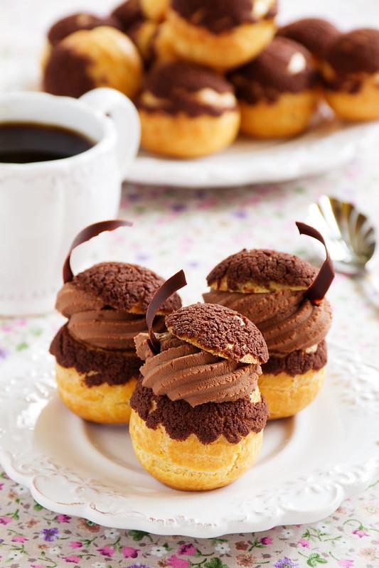 Chocolate profiteroles with krokantom.