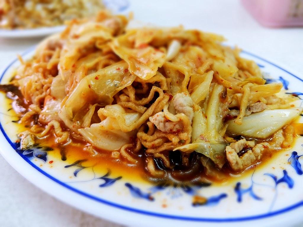 泡菜意麵,帶著頗辣的味道,一邊吃一邊流汗啊==不應該在大熱天點這個吃....味道也是重口味