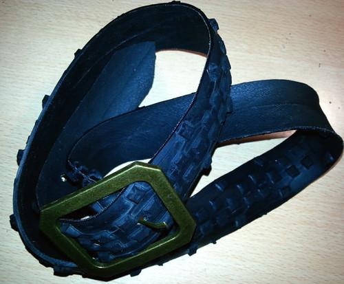 Cinturones con cubierta de bicicleta. Cambiamos hebillas por pendientes.. ;)