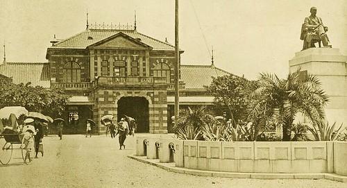 臺北駅前の長谷川謹介銅像