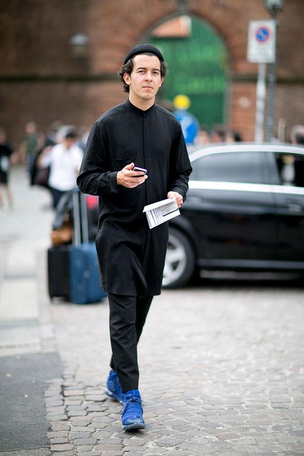 黒ワッチキャップ×黒ロング丈バンドカラーシャツ×黒パンツ×adidas Y-3 Qasaハイブルー