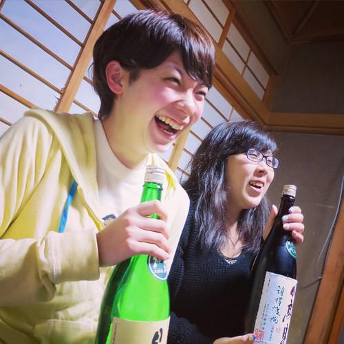 日本酒を抱えてポーズをお願いします