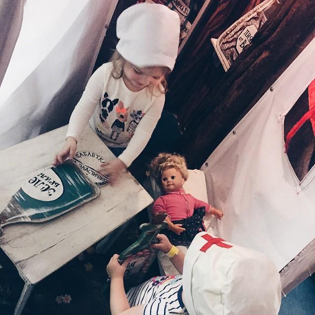 Вот малышки сегодня сами во врачей решили поиграть: принесли куклу, надели шапочки и лечат пузырьками и таблетками.  А пока Голос дети опять рвёт мне сердце на части 😶