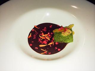 Bizcocho de té verde, sopa de chocolate y frambuesa