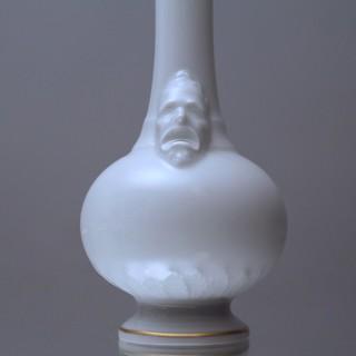 KPM Berlin: Flaschenvase, Vase, Miniaturvase, Masken, Maskarons, Maskaronvase, Enghaltsvase, weiss