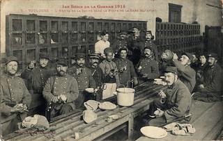 [La guerre 1914 à Toulouse]. 1re série de la guerre 1914. 5. Toulouse. L'heure de la soupe dans le poste de la Gare Matabiau.