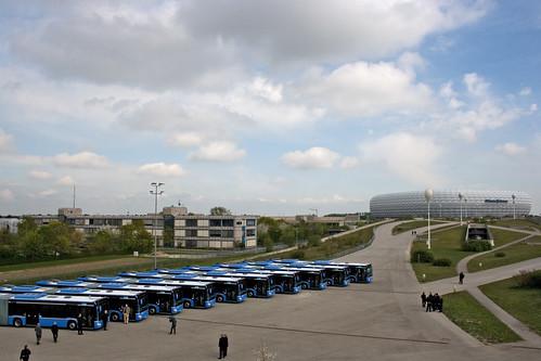 Blick von oben auf die neuen Busse in Fröttmaning