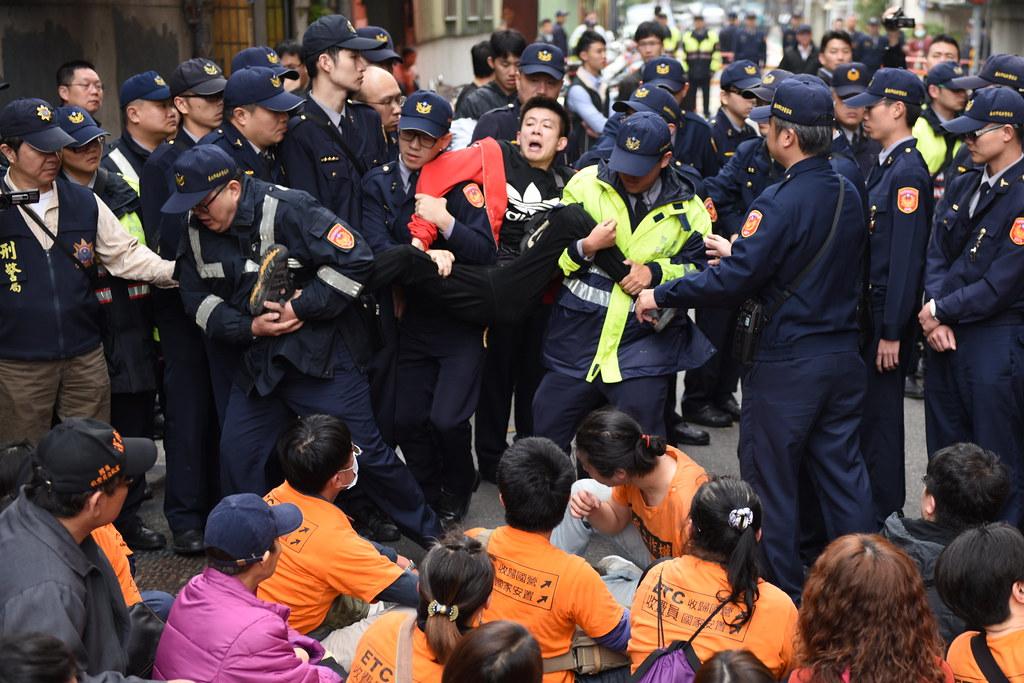 警方抬離收費員抗議者過程中,除了多位抗議者指控遭折手、折腳。(攝影:宋小海)