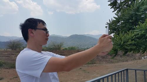 พยายามถ่าย Selfie ด้วย Lenovo Yoga Tablet 2 10.1 ไม่สะดวกเท่าไหร่