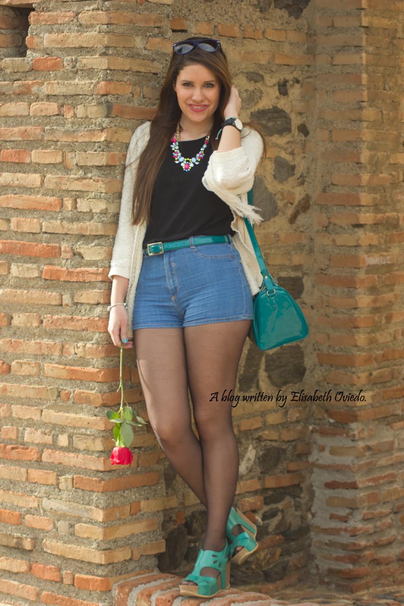 poncho blanco con shorts denim y tacones HEELSANDROSES (1)