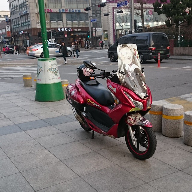 강동홈플러스앞에서 애니메이션 케릭터로 래핑된 오토바이 발견. 신기하여 사진 촬영함.