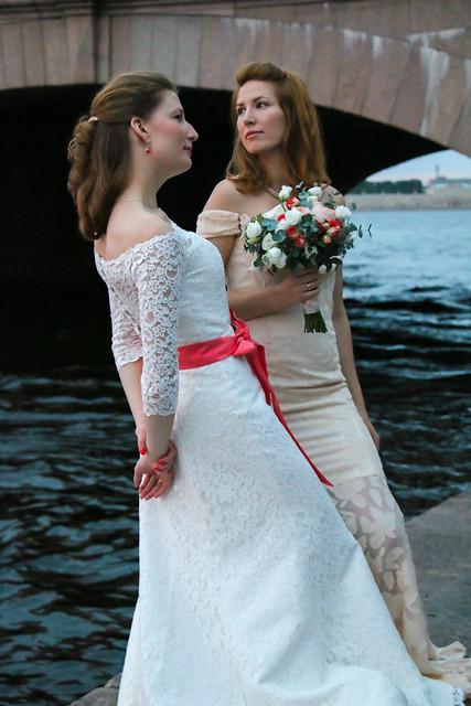 Beautiful brides taking poses to a camera, Saint Petersburg, Russia サンクトペテルブルク、記念写真を取る花嫁たち