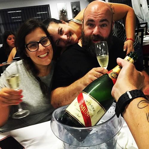 Aquele momento em que abres muitas garrafas em Mangualde para escolher a melhor... #dacozinhaontour #dcbyjoebest #dacozinha  #denorteasul #festaContinente #tascaPortuguesa #tonycarreira #mangualde #bubbles #champagne