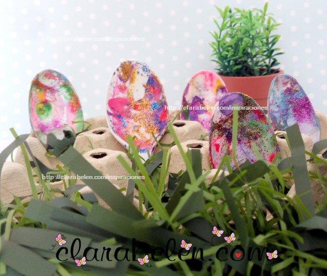 Pintar cucharas de plastico con pintura de uñas para hacer huevos de Pascua
