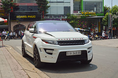 automobile(1.0), automotive exterior(1.0), range rover(1.0), sport utility vehicle(1.0), family car(1.0), vehicle(1.0), automotive design(1.0), compact sport utility vehicle(1.0), range rover evoque(1.0), bumper(1.0), land vehicle(1.0), luxury vehicle(1.0),