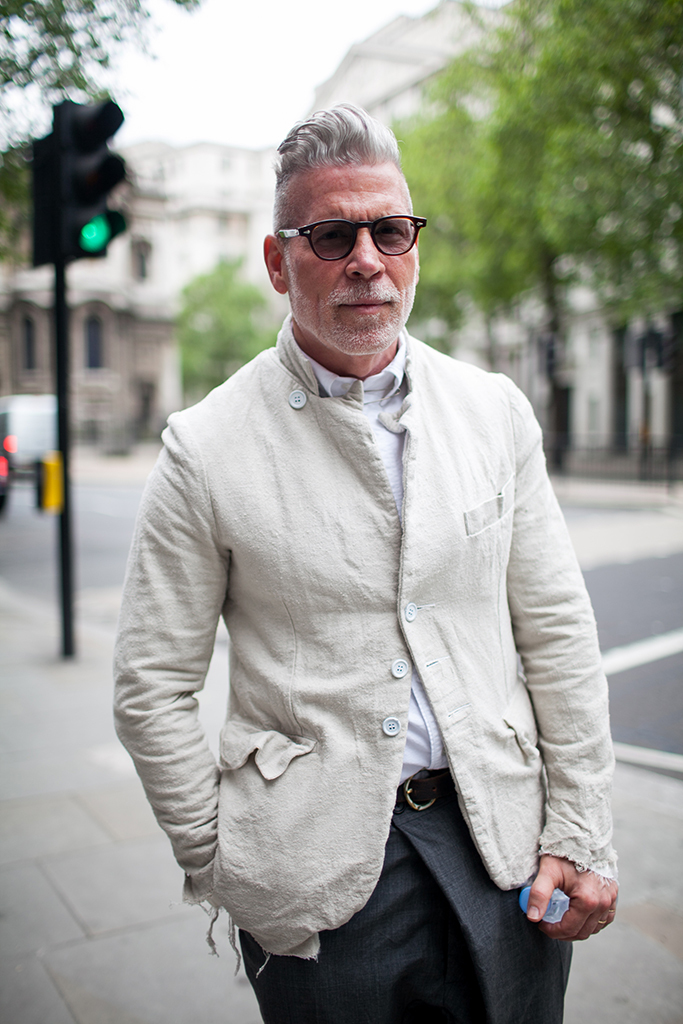 Paul Harndenオフホワイトジャケット×白シャツ