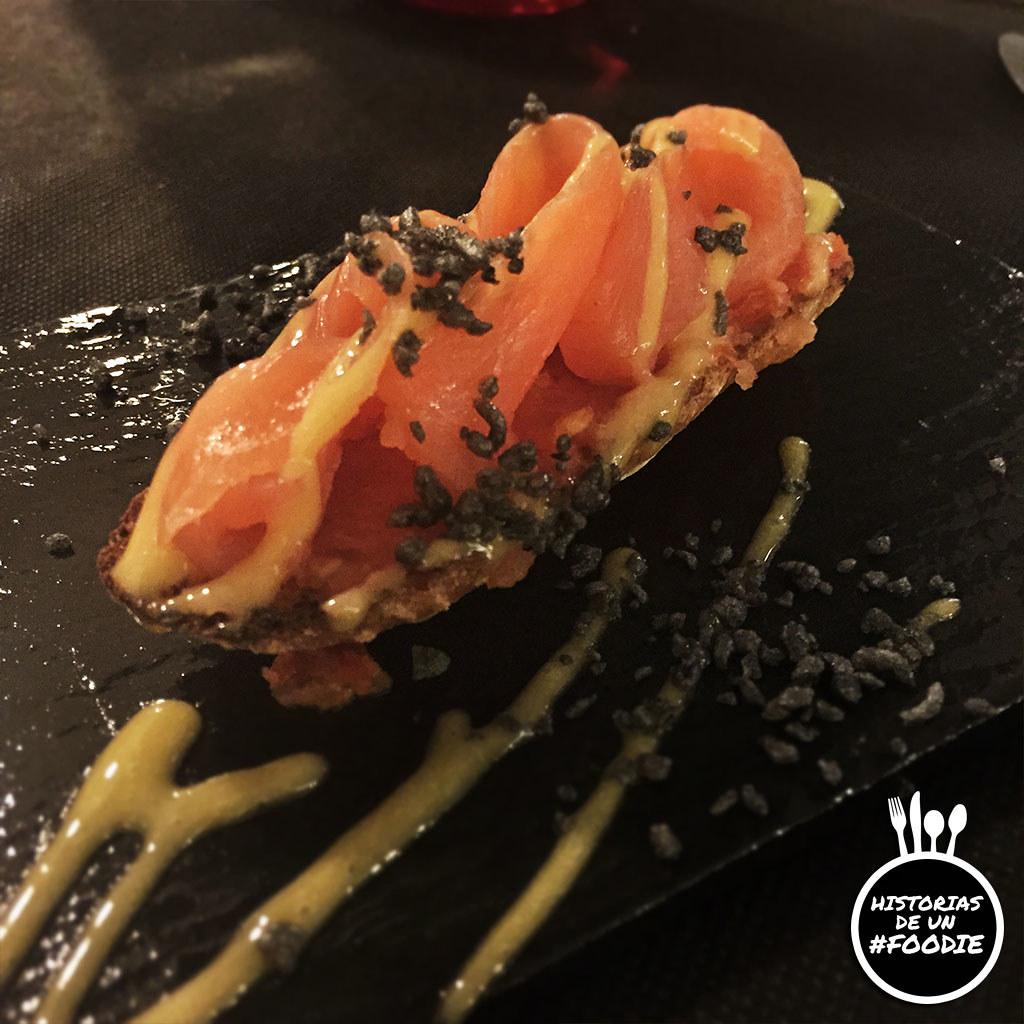 Tosta de salmón ahumado con emulsión de melocotón