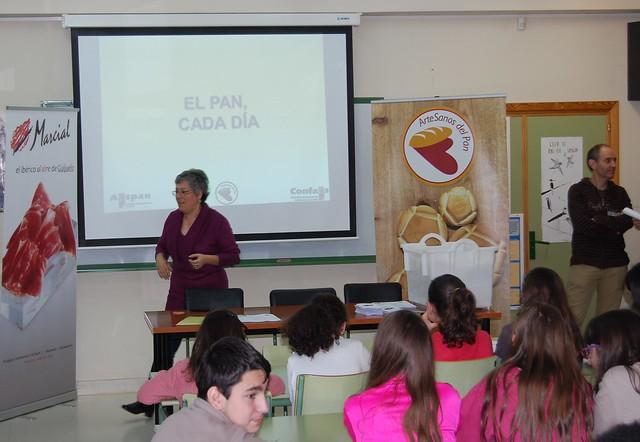 Mariló Recio, nutricionista, durante la conferencia de AESPAN en el IES Francisco Salinas
