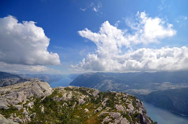 Fiordo Lysefjord y el entorno de Preikestolen