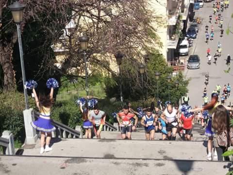 """Το """"ποτάμι"""" των αθλητών ανεβαίνει τα επίπονα σκαλιά της Αγίου Νικολάου, λίγα μόλις λεπτά μετά την εκκίνηση του αγώνα!"""