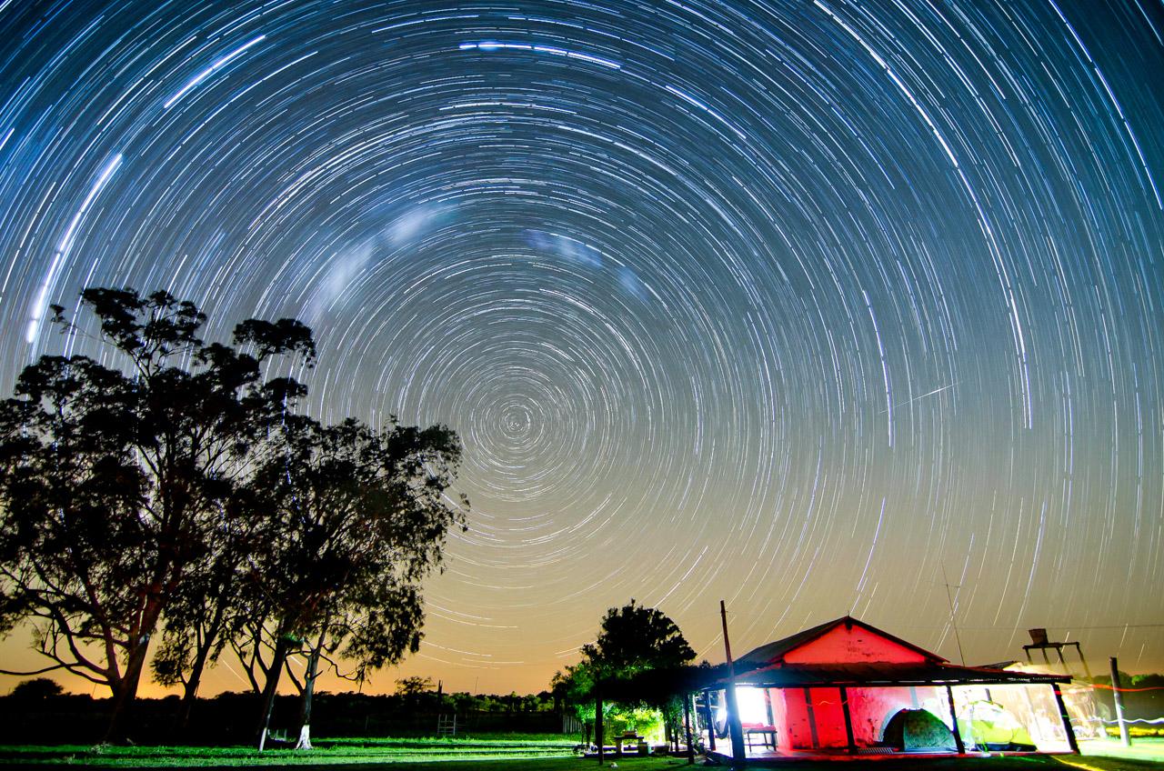 La estancia Santa Teresa bajo la noche de cielo estrellado, fotografía capturada mediante las combinaciones de técnicas: star trails por una parte para capturar las líneas que dejan las estrellas durante una prolongada exposición, luego, apilamiento (stack) de todas las imágenes para formar una sola. (Elton Núñez).