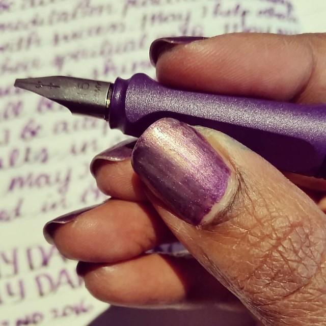 Texture of Lamy Dark Lilac #lamycollection #lamy #lamysafari #lamydarklilac #pensandpolish #Fpgeeks #FPN #fountainpennetwork #fountainpen #funtainpen #koh  #nailpolish #texture #purple