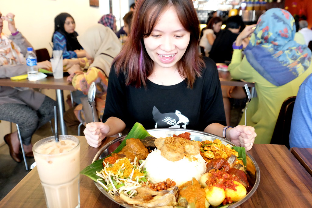 Maureen Looking at Ambeng Cafe by Ummi Abdullah's Traditional Ambeng Platter or Nasi Ambeng!!!