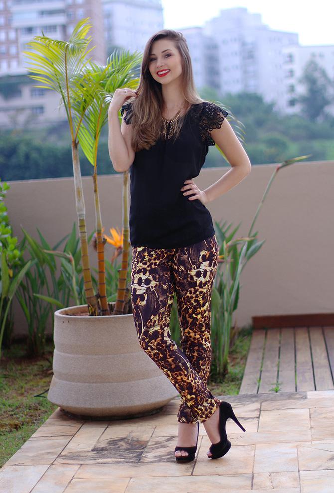 5-lookdodia calça estampada e blusa preta