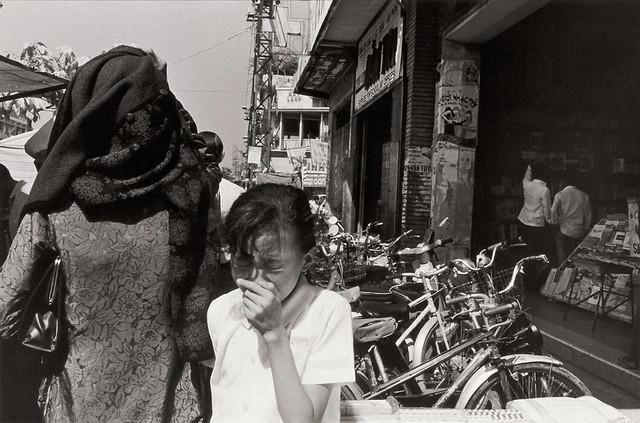 Saigon 1972 - by Anthony Hernandez - Đường Lê Lợi, Nhà sách KHAI TRÍ