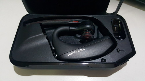 เก็บ Plantronics Voyager 5200 ไว้ใน Portable Power Case เป็นการชาร์จแบตเตอรี่ในตัว