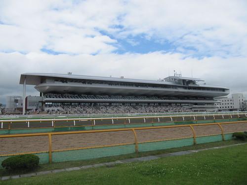 函館競馬場のスタンドを内馬場から眺める