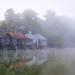 Bootshäuser im Morgennebel