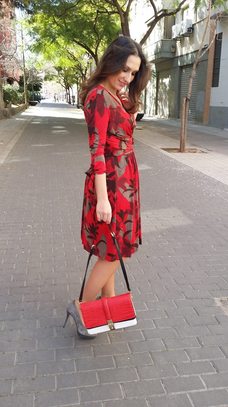 Primavera, vestido, estampado floral, drapeado, negro, gris y rojo, peep toes grises, bolso tricolor blanco, negro y rojo, Spring, dress, floral print, draped waist, black, grey and red, grey peep toes, white, black and red tricolour bag, Zara, Prada