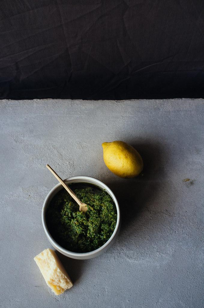 Pesto de rúcula, sementes de abóbora e tâmaras