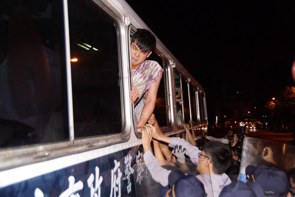 抗議者被送上警備車。(攝影:王顥中)