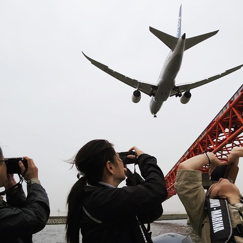 飛行機をボートの上から撮る。 #ヤマハマリン #勝どきマリーナ