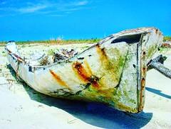 Já tirou muito onda. Mas hoje só observa longiguamente. #photo #photooftheday #photograph #photographers #photography #fotografia #gilbergantunes #brasil #brazil #foto #barco #boat #maritime #maritimo #maritima #mar #oceano #orla #costa #barco #remo #ocea