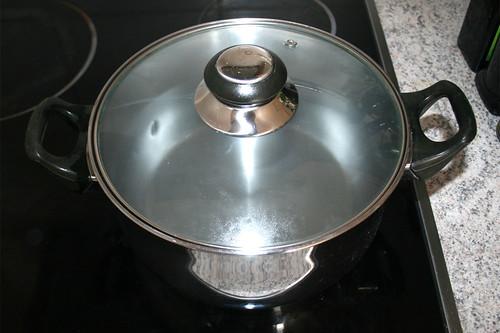 10 - Topf mit Wasser für Spargel aufsetzen / Bring water for asparagus to a boil