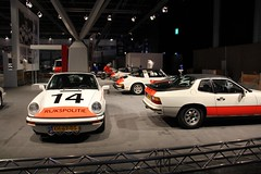 Belettering en striping van diverse Rijkspolitie Porsches, Range Rover en motoren.