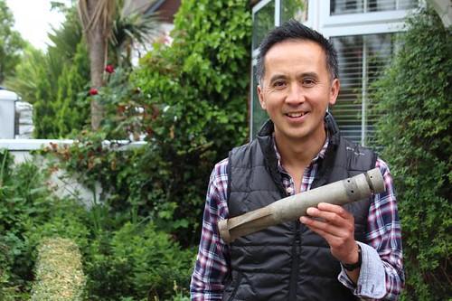 Stephen Sin con la bomba de la SGM hallada en su casa