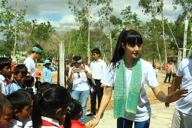 Đại sứ dự án The Beauty of Vietnam - Hoa hâu Triệu Thị Hà trao quà cho các em bé Raglay