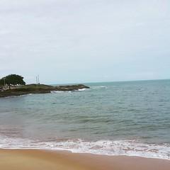 Nada como o som do mar pra te dar paz.:smirk: *************** #praia #guarapari #es #feriado #sabádo #sol #sun #beach #praiaesol  #praiasolemar #mar #descanso #sossego #praiadaareiapreta