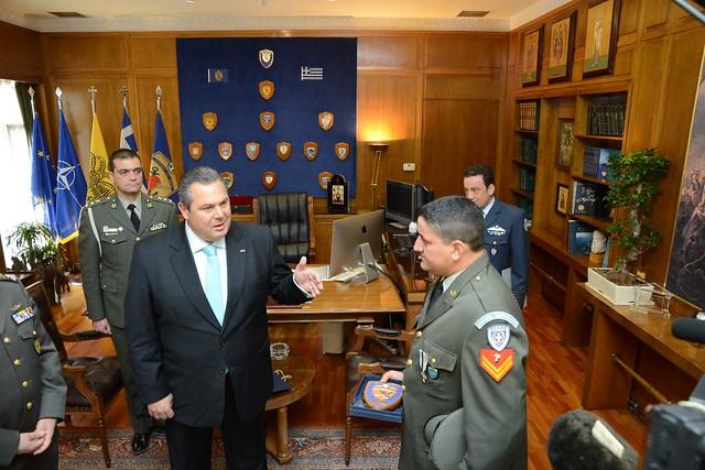 Ο ΥΕΘΑ Πάνος Καμμένος τίμησε τον ΕΠΟΠ Λοχία Αντώνιο Ντεληγιώργη που έσωσε μετανάστες στη Ρόδο