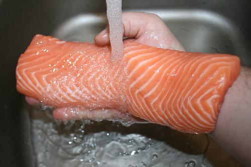 17 - Lachsfilet waschen / Wash salmon